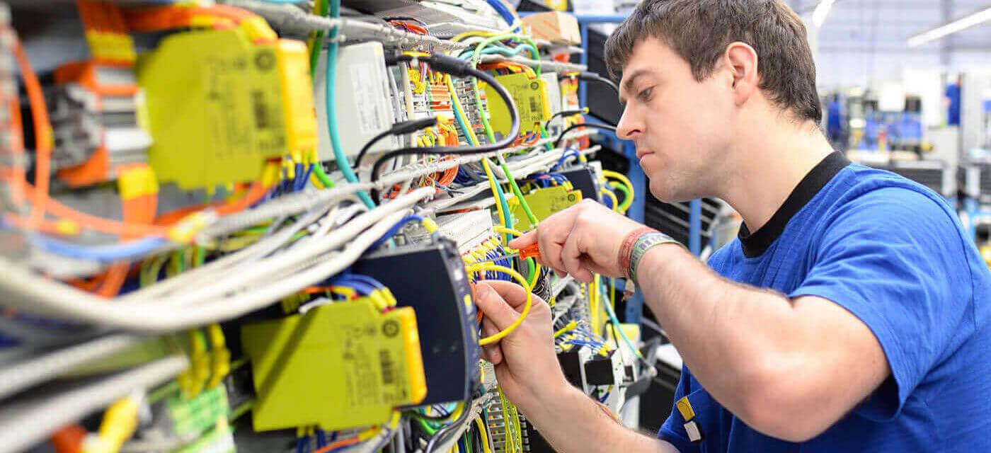 Header für Elektroniker (m/w) Betriebstechnik Instandhaltung